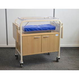 MOBILE BABY COT WITH INCORPORATED STORAGE