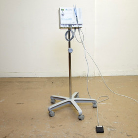 BISTOURI OF CABINET MONO AND BIPOLAR CONMED HYFRECATOR ON ROLLING STAND